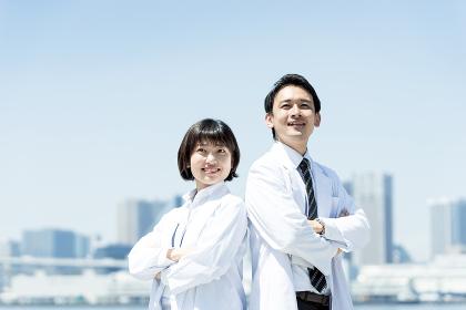白衣を来た男性と女性(医者・医療従事者のイメージ)