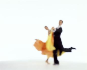 社交ダンスを踊る男女