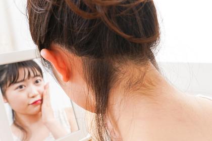 スキンケアをする若い女性