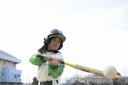 トスバッティングをする野球少女