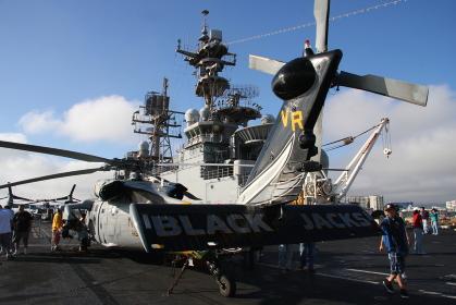 アメリカ海軍の強襲揚陸艦「マキン・アイランド」:MH-60ヘリコプターと艦橋