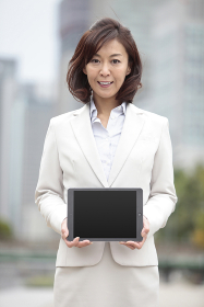 タブレットPCを持つビジネスウーマン