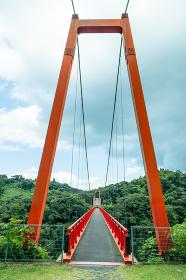 鹿児島県肝属郡錦江町の神川大滝公園にある虹のつり橋大滝橋