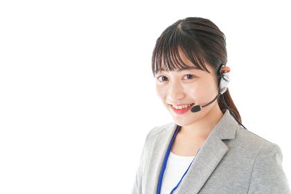 笑顔で対応をするコールセンターの女性