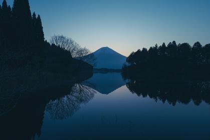 田貫湖の夜明け 4月