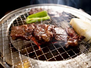 炭火ロースターで焼くジューシーな焼肉 和牛ロース