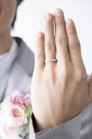 結婚指輪を見せる新郎