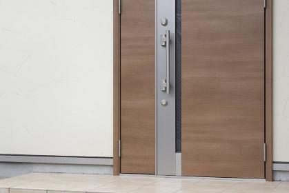 住宅の木製のドア