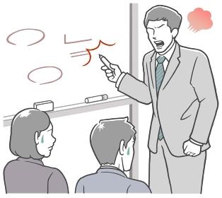 会議室のホワイトボードの前で説明する、怒った若い男性
