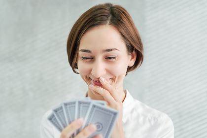 カードを選択する女性