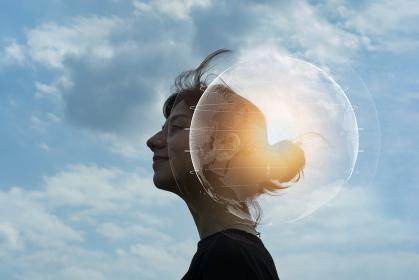 エコロジーイメージ・地球の声を聞く女性のシルエット