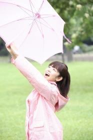 雨あがりを喜ぶ女性