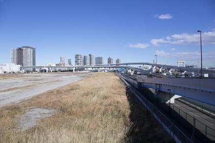 空き地と高層ビル群