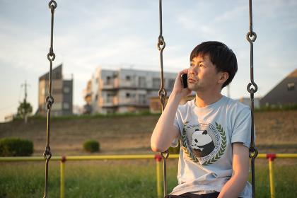 スマートフォンで電話する男性
