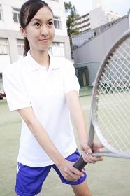 テニスラケットを握る女子高校生
