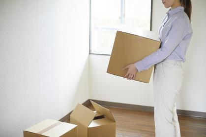 引っ越しをする若い単身女性