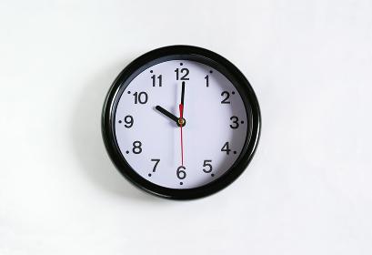 白い壁に掛かった10時の時計
