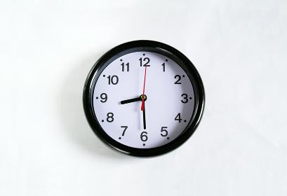 白い壁に掛かった8時30分の時計