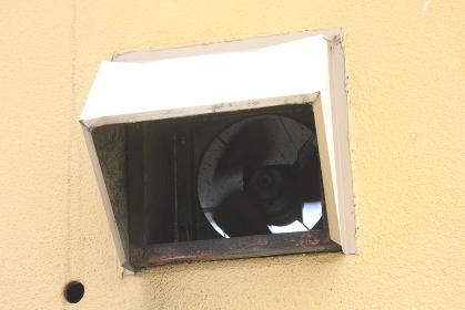 飲食店の外壁の換気扇