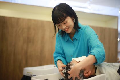 洗髪する美容師 イメージ