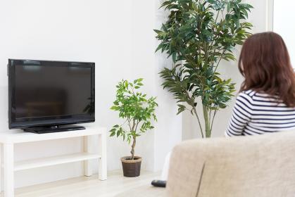 テレビを見る女性 背中
