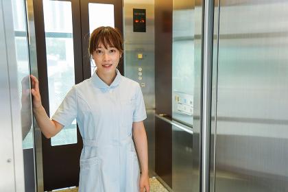 エレベーターに乗る看護師