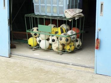 小学校の運動具倉庫のサッカーボール