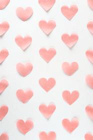 淡いピンクのハートが並んだ背景素材 3 縦位置