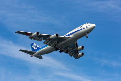 着陸態勢でギアをダウンしている大型旅客機(大田区/東京)