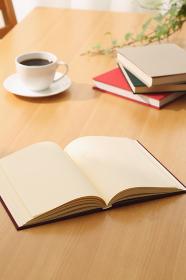 本とコーヒーカップ