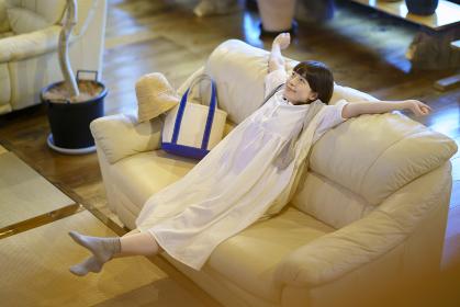 ソファで落ち着く若い女性