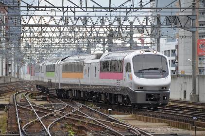 富良野への観光客が待つ札幌駅へ入線する「フラノラベンダーエクスプレス」(回送列車)