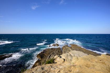 冬の岩屋海岸に広がる青空と波しぶき(福岡県)
