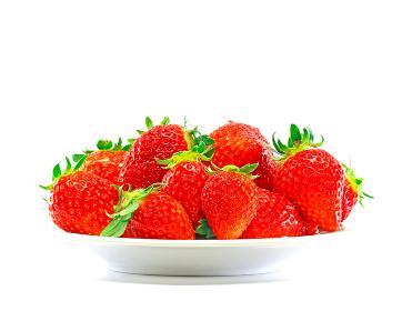 白いお皿に山盛りの完熟いちご 水平 1134