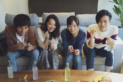 テレビゲームをする若者グループ