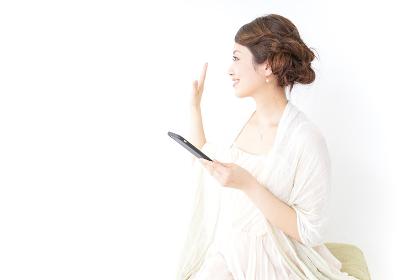スマホを使うおしゃれ着の女性