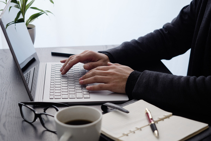 ビジネスイメージ:パソコン操作・両手キーボード