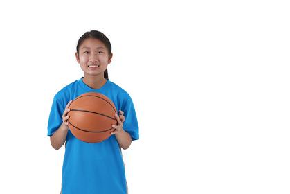 バスケットボールを持つ日本人中学生