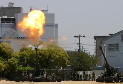 駐屯地祭にて、FH-70榴弾砲の空砲射撃