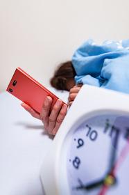 起床 目覚まし 寝不足 【 低血圧 女性 の イメージ 】