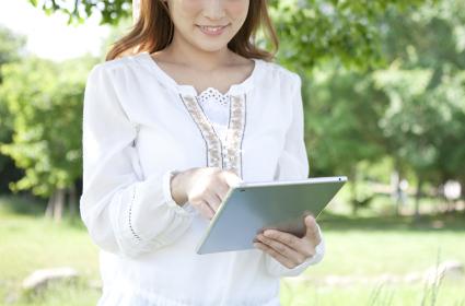 タブレットPCを操作する女性