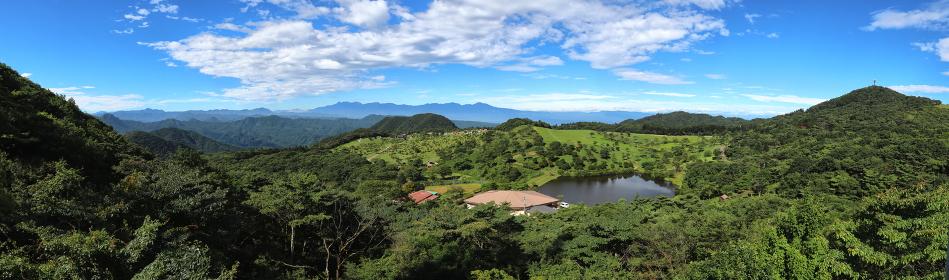 展望台から群馬県・西上州の山々とキャンプ場を見る (パノラマ)