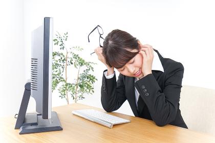 ドライアイ・目の疲労に苦しむビジネスウーマン