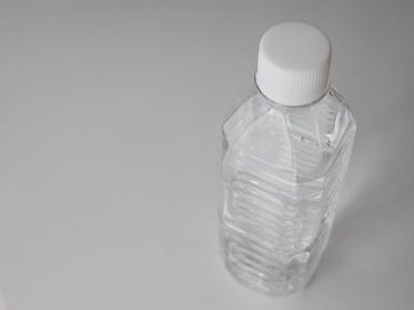 テーブルに置かれたペットボトルの水