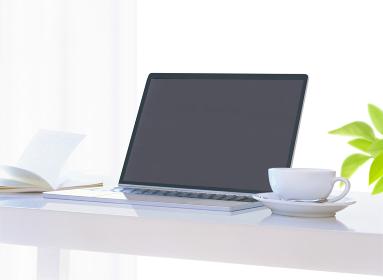 パソコンと本とコーヒーカップ