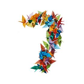 白バックに折り紙の鶴で作った数字の7
