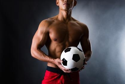 サッカーボールを持つ男性