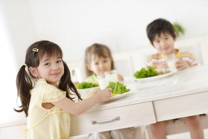 ダイニングで食事をするハーフの男の子と女の子