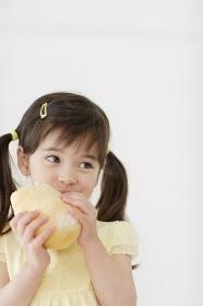 パンを食べるハーフの女の子