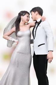 白いウエディングスーツを着る新郎と笑顔で肩を組む純白のウエディングドレスを着た花嫁